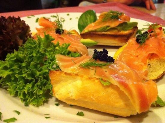 Restaurante Marco Polo: tostadas de salmon, aguacate y caviar