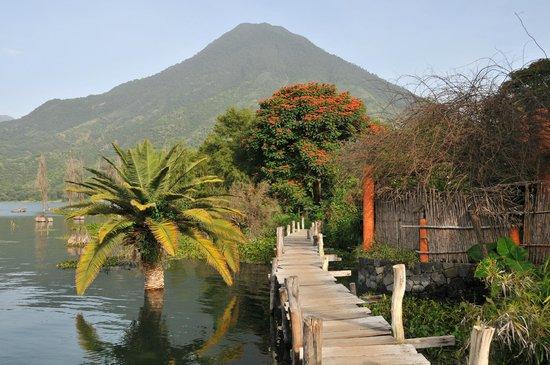Hotel and Restaurant Bambu: Hotel Bambú: pasarela junto al Lago Atitlán