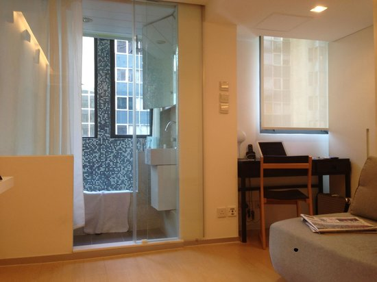 V Causeway Bay Hotel and Serviced Apartments : Bath (and toilet) in full view of sitting room