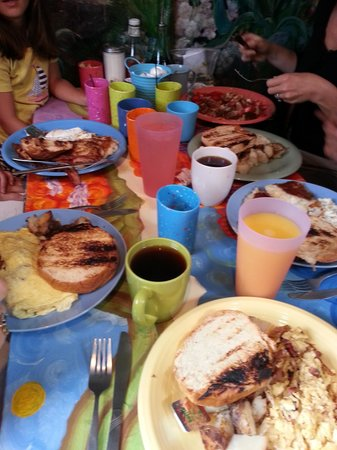 Mad Martha's Cafe: Family breakfast - happily crowded
