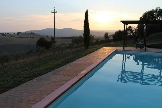 Quercia Rossa Farmhouse: the view from pool area before sunset