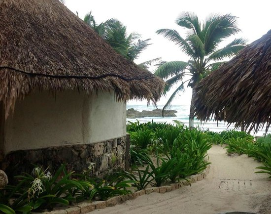 Maya Tulum Resort: Path between cabanas to the beach