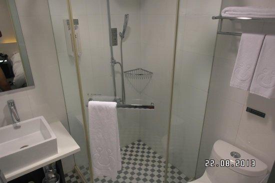 CityInn Hotel - Taipei Station Branch II: Clean, white bathroom