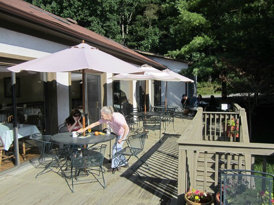 Woodberry Inn : Deck area to eat