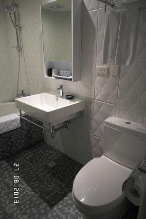 RF Hotel: All white bathroom