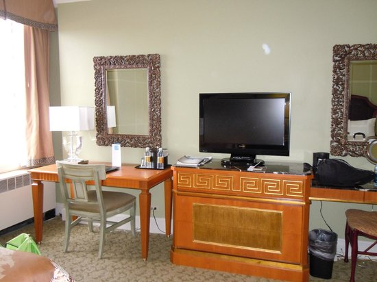 Francis Marion Hotel: Our room