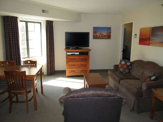 Staybridge Suites Atlanta - Perimeter Center East: 2BDRM- Living room