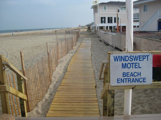 Windswept Motel: entrance and path to beach