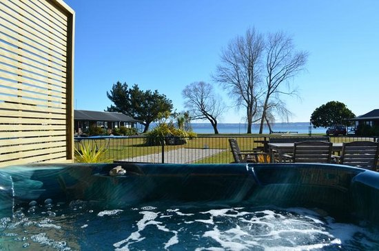 Cedarwood Lakeside: View from our outdoor spa