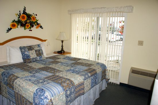 Blue Gate Garden Inn - Shipshewana Hotel: Room 102-King bed with sitting area & kitchenette
