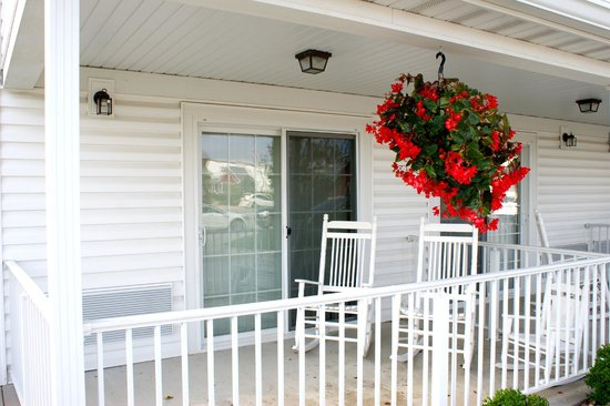 Blue Gate Garden Inn - Shipshewana Hotel: Terrace, room 102