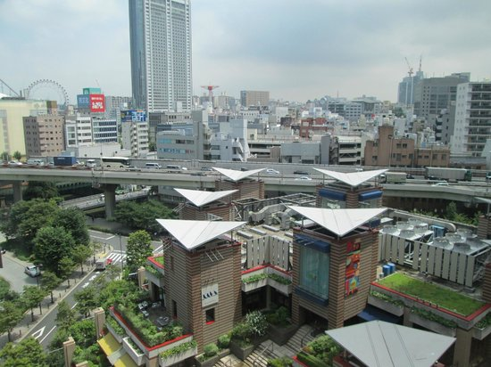Hotel Metropolitan Edmont Tokyo: View out our window (Building with restaurants, Starbucks with triangle roofs)