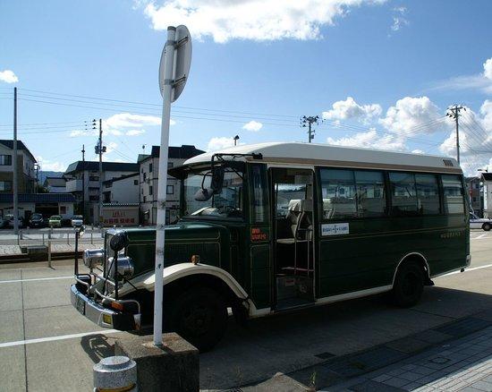 Ginzanso: 大石田駅前からのレトロバス