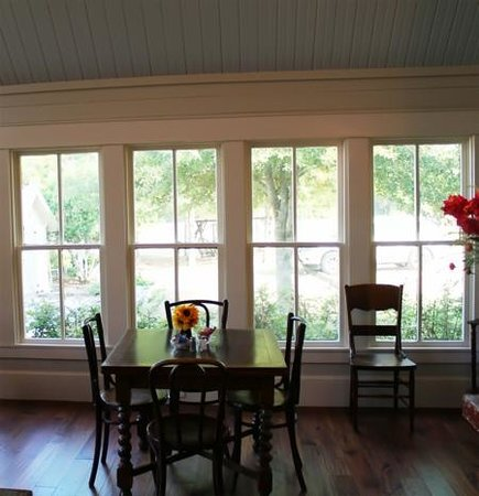 Wellspring Retreat and Bed & Breakfast: Dining Room