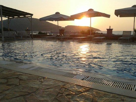 Artina Nuovo : Ηλιοβασίλεμα από την πισίνα