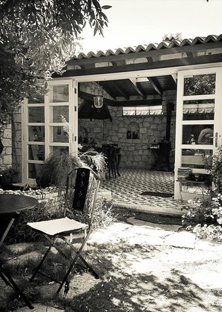 Incirliev Alacati: view of the kitchen from the courtyard