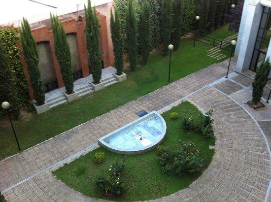 TRYP Merida Medea Hotel: Patio del Hotel y tejado del carrefour