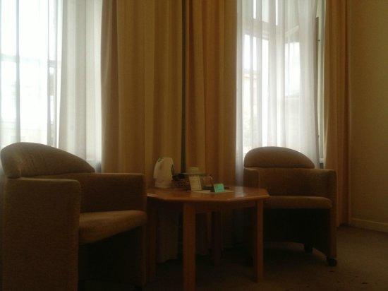 Hotel SPBVergaz: Зона отдыха (на полу, рядом с правым креслом виден прожженный пол)