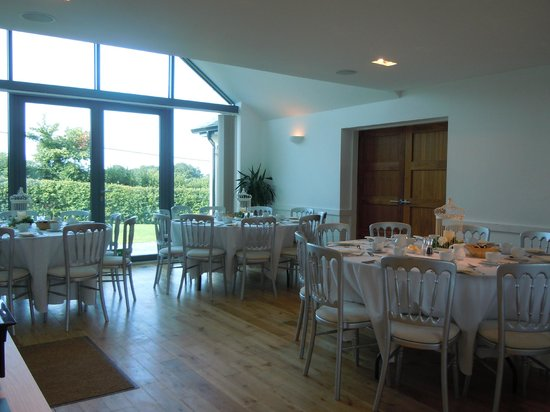 Manor Hill House: Tables all set for breakfast.