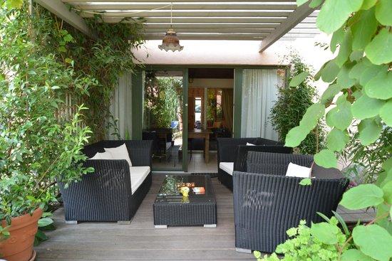 Apartmenthaus Potsdam-Quartett: Relaxbereich Außengelände, Zugang Ferienwohnungen innen