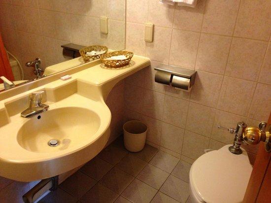 Busan Kukje Hotel: 洗面所とトイレ