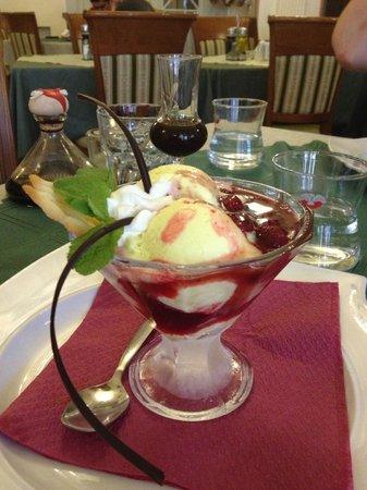 Ristorante Pizzeria Venezia: Мороженное с горячей малиной