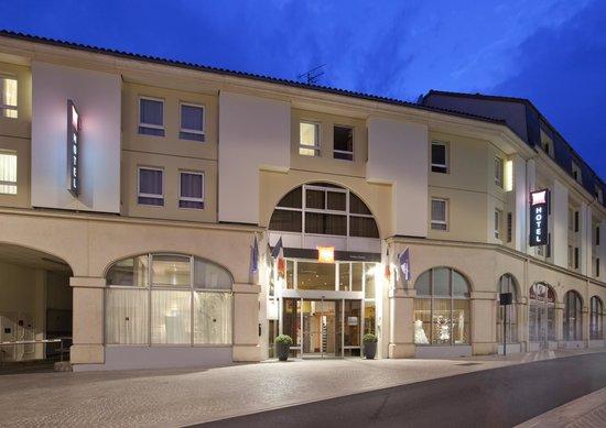 Ibis Poitiers Centre: Façade nuit