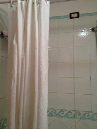 Mediterranea Hotel: Tenda doccia