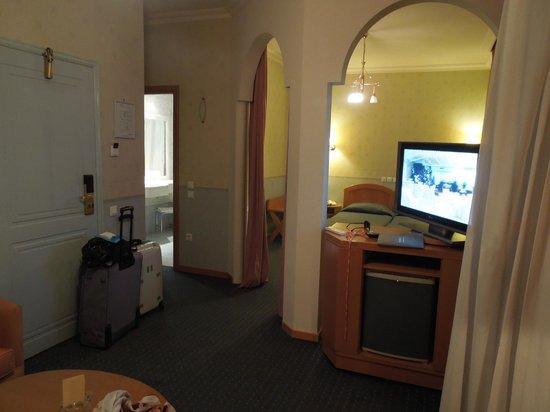 Athens Atrium Hotel & Suites : Coin salon et chambre