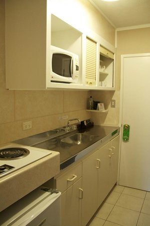 Fountain City Motor Inn : Kitchen area with accessories