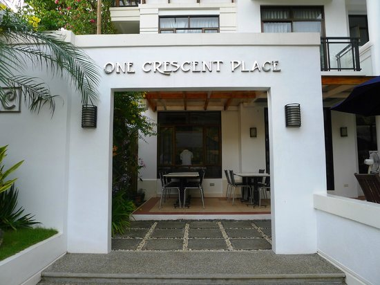 One Crescent Place: Hotel entrance