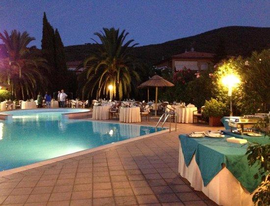 Il Magnifico Elba Resort: Cena in piscina... che atmosfera magnifica!!!!