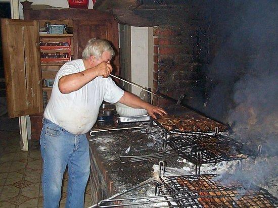 Brisighella, Italien: Piné cucina scampoli di porco nel suo camino gigante