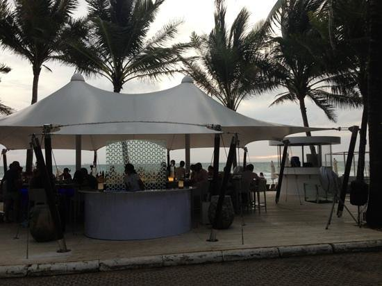 Catch Beach Club : view of the beach bar from the restaurant