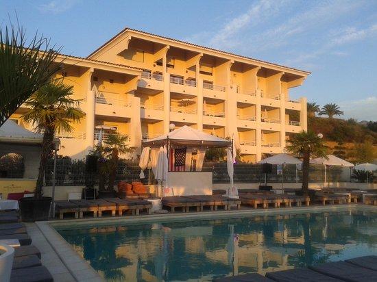 Bella Vista Residence: La résidence vue de l'espace piscine et restaurant du soir