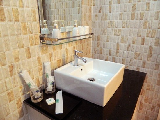 Natural House Boutique Hotel & Spa : Bathroom and Amenities