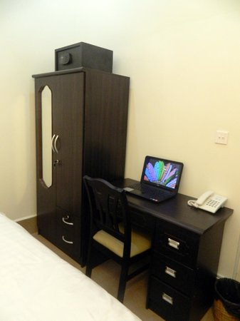 Natural House Boutique Hotel & Spa : Desk, closet and Laptop Safety box