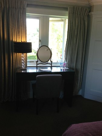 Homewood Park Hotel & Spa: dressing table in the room