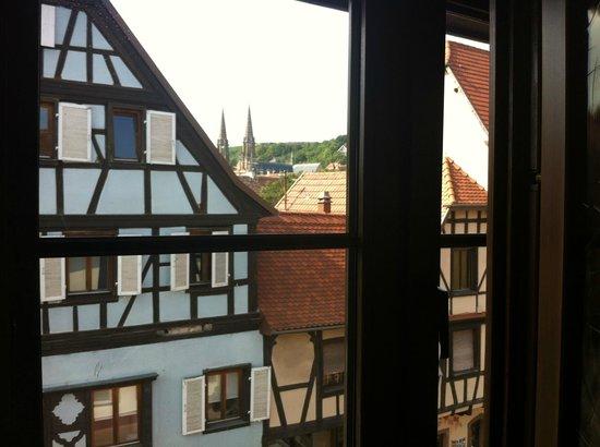 Hotel le Gouverneur: Vista hacia el pueblo desde la ventana de la habitación