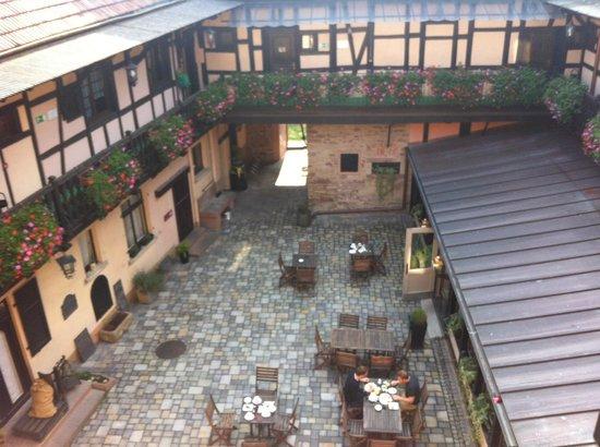 Hotel le Gouverneur: Vista del patio desde el pasillo de las Habitaciones