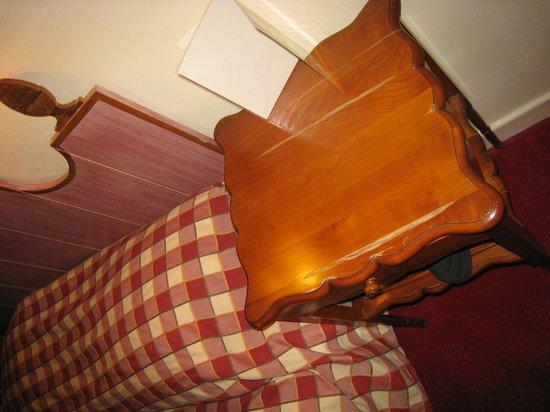 Hôtel Croix-Blanche: etat table de nuit
