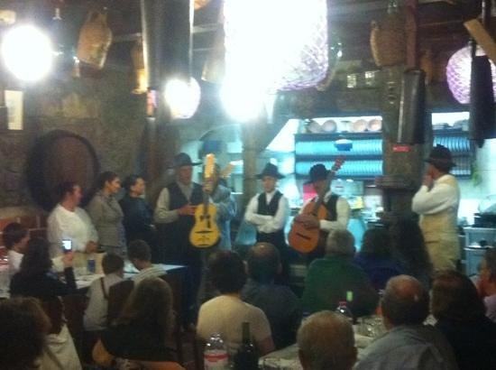 Restaurant Adega Lusitania: grupo folklórico sábado noche