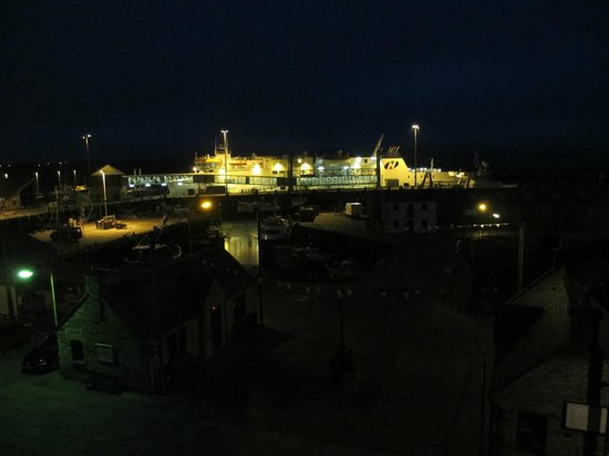 Stromness Hotel: Night view of ferry from room