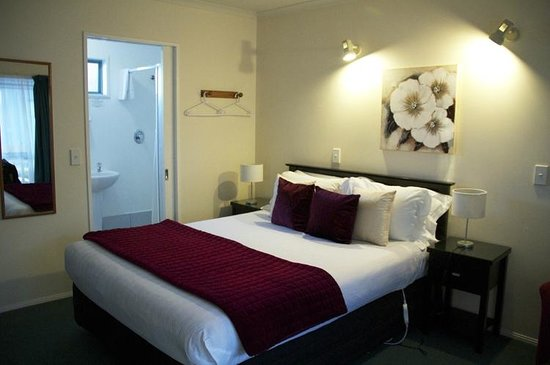 Accolade Lodge Motel: Comfortable bed with good heating element
