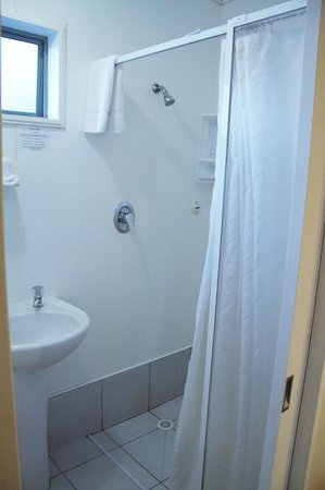 Accolade Lodge Motel: Shower stall, good water pressure