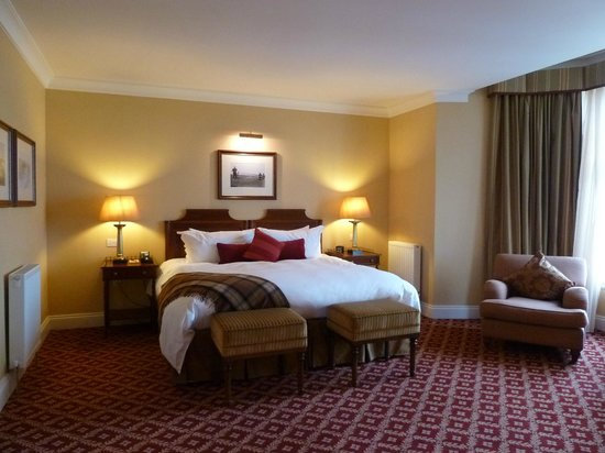 The Ugadale Hotel & Cottages: 'Ugadale Hotel' - Room 4 - Huge bed, divine duvet