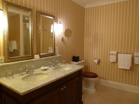 The Ugadale Hotel & Cottages: 'Ugadale Hotel' - Spacious Ensuite Bathroom twin sinks!