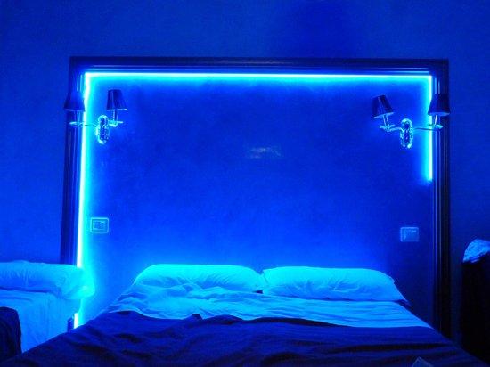 Hotel Santa Prassede: LEDs en la cabecera de la cama