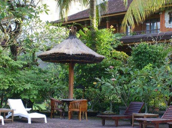 Matahari Bungalow Bar & Restaurant: Hotel, Seite zum Pool / Garten