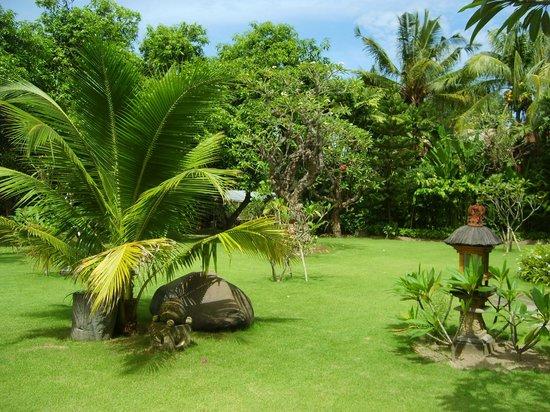Matahari Bungalow Bar & Restaurant: Aussicht zum Garten von der Terasse